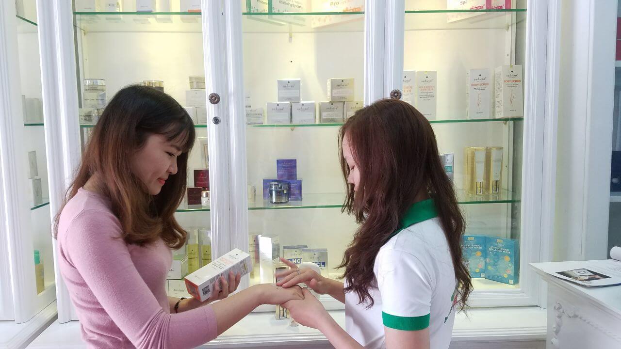 Khách hàng sẽ được trải nghiệm và nhận mẫu dùng thử mỹ phẩm tại Mai Hân