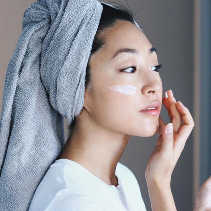Sử dụng kem dưỡng da có thành phần chiết xuất từ thiên nhiên dịu nhẹ