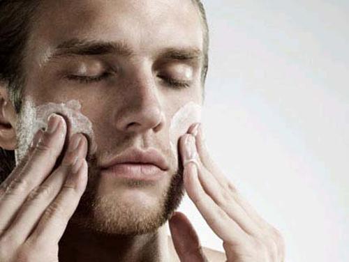 Rửa mặt với sữa rửa mặt giữ da sạch sẽ là bước chăm sóc da quan trọng hàng đầu