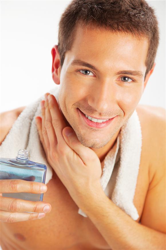Sử dụng nước dưỡng sau khi cạo râu giúp da mềm mịn