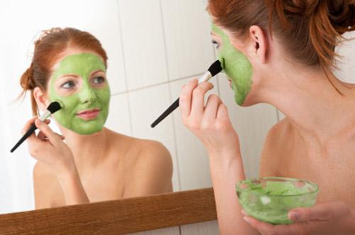 Lời khuyên là bạn nên đắp mặt nạ buổi tối, vì đây là thời điểm da được thư giãn và hấp thụ dưỡng chất dễ dàng