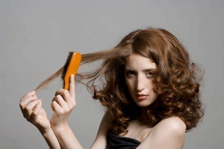 Chải tóc thường xuyên chỉ làm tóc xơ và gãy