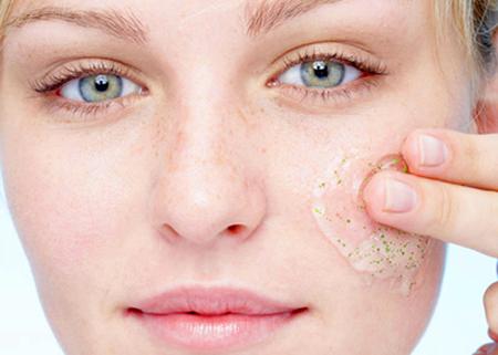 Tẩy tế bào chết khi da quá khô sẽ dễ khiến da tổn thương