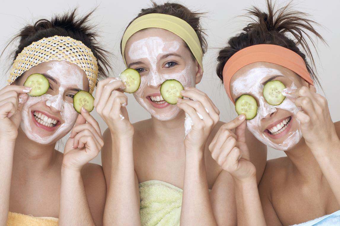 Đắp mặt nạ để cung cấp các dưỡng chất thiết yếu cho da