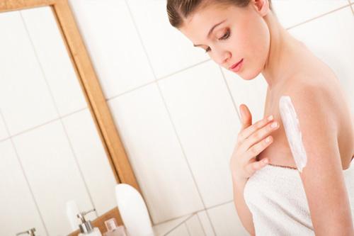 Sau khi tắm trắng, da sẽ mỏng và yếu hơn, việc chăm sóc và bảo vệ da là điều hết sức cần thiết