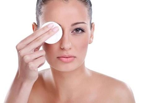 Dùng nước hoa hồng sau khi rửa mặt