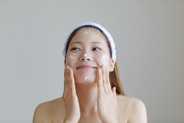 Thoa một lớp kem chống nắng mỏng để bảo vệ da