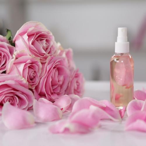 Nước hoa hồng giúp da sạch sâu và se khít lỗ chân lông
