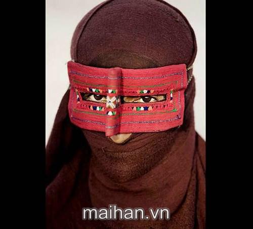 Đeo mặt nạ vải thô chống nắng - Muôn kiểu chống nắng của phụ nữ trên thế giới