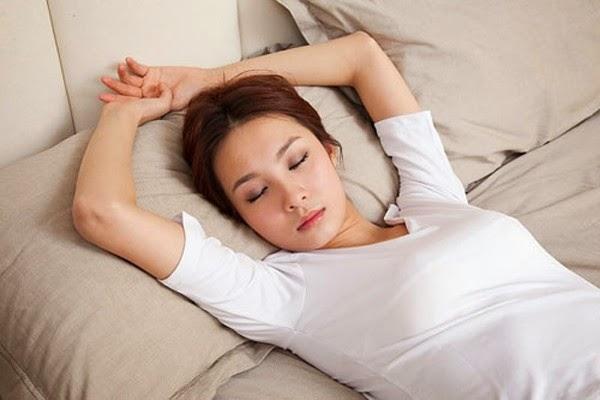 Khi đi ngủ bạn cần nằm ngửa và chọn gối thấp