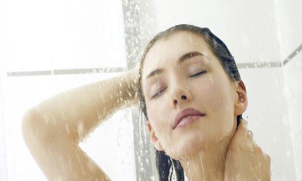 Bạn không nên quá tắm quá lâu và thường xuyên bằng nước nóng bởi sẽ làm da khô hơn