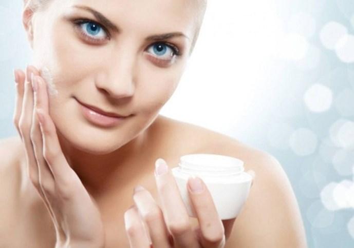 Chọn kem dưỡng cho da nhờn không chứa dầu, không thoa để qua đêm