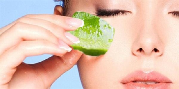 Chăm sóc da mặt mỗi ngày với đá viên trà xanh giúp trị mụn, láng mịn làn da