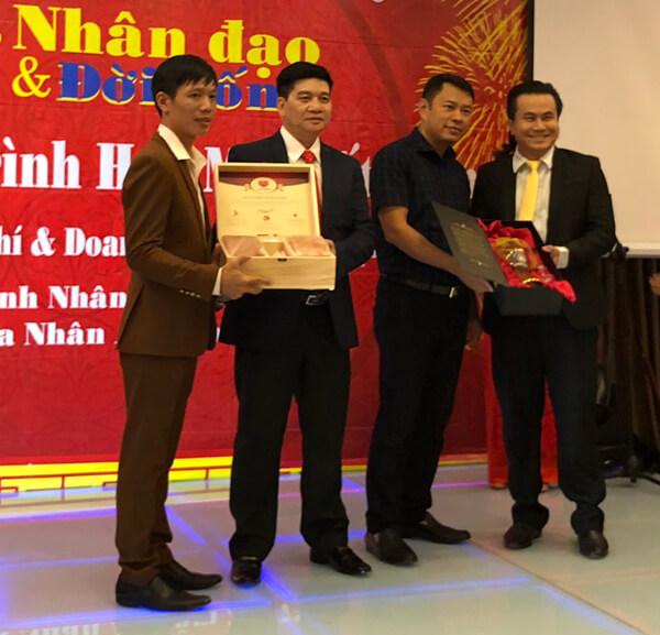 """Ông Mai Xuân Dưỡng - Tổng giám đốc Mai Hân Group vinh dự nhận danh hiệu """"Doanh Nhân Vì Cộng Đồng"""" năm 2017 hình ảnh 3"""