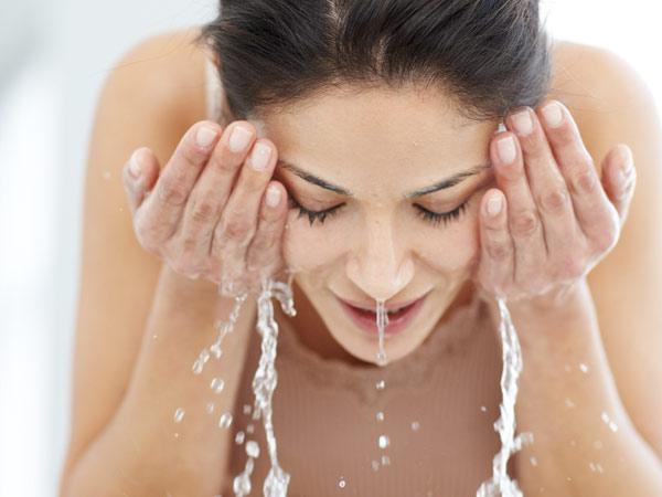 Rửa mặt sạch trước khi dùng kem dưỡng trắng dành cho da dầu