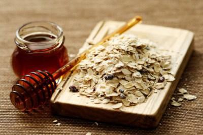 Bột yến mạch và mật ong giúp da trở nên mềm mượt, sáng màu