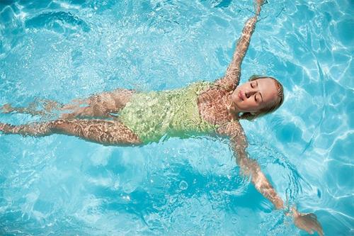 Bơi lội trong vòng 30 phút bơi lội chúng ta sẽ giảm 300 calo