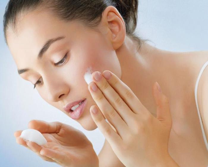Dùng sữa rửa mặt để loại bỏ chất bẩn và dưỡng da
