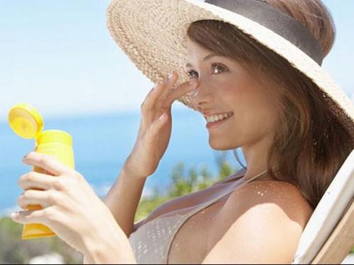 Luôn dùng kem chống nắng khi ra ngoài