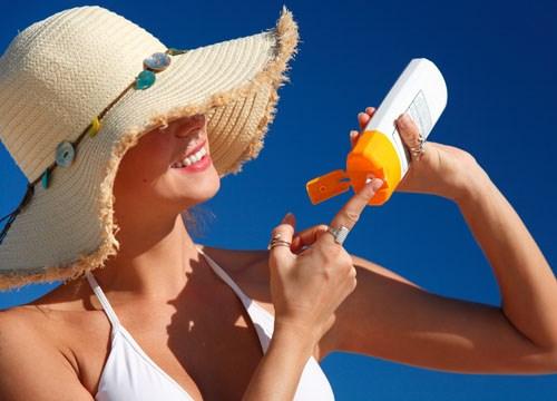 Có nên sử dụng kem chống nắng khi da bị mụn?