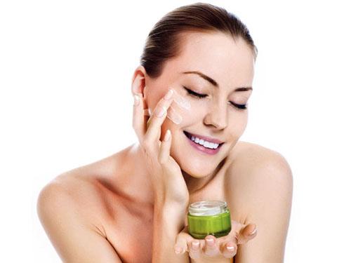 35 tuổi trở lên dùng kem dưỡng trắng ban đêm có tác dụng chống chảy xệ và lão hóa da