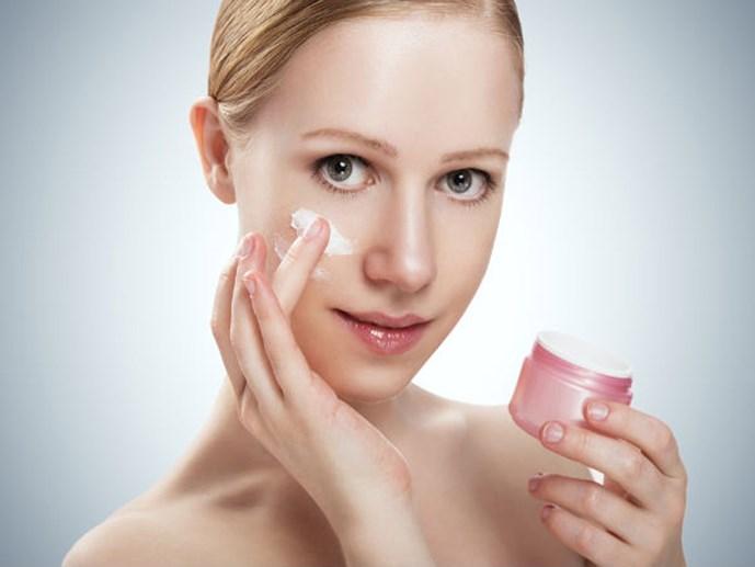 Sử dụng kem dưỡng ban đêm là một điều cần thiết đối với phái đẹp