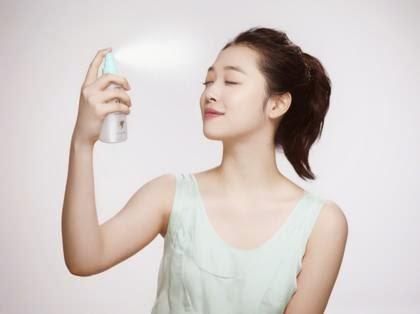 Xịt khoáng là bước không thể thiếu nhằm phục hồi sức sống cho làn da sau khi trang điểm