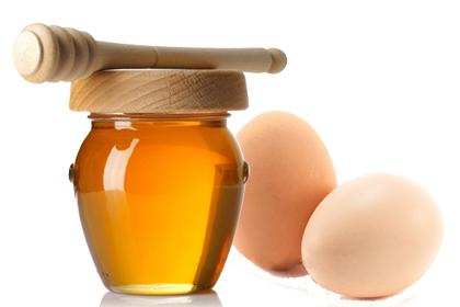 Mặt nạ mật ong và trứng gà vừa trị mụn vừa se khít lỗ chân lông