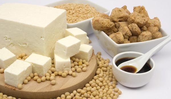 Ăn/ uống nhiều loại thực phẩm làm từ đậu nành rất hữu ích với vòng 1