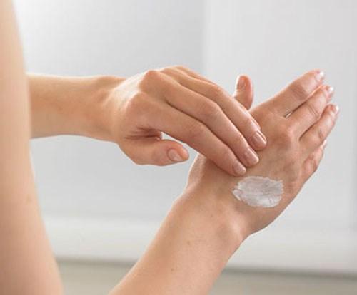 Thoa kem lên tay trước khi dùng sẽ giúp ngăn ngừa hiện tượng kích ứng da