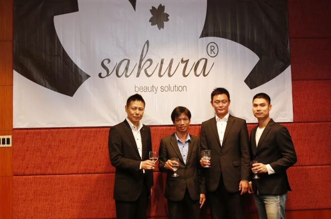 Ông Mai Xuân Dưỡng – Giám đốc Công ty Mỹ Phẩm Mai Hân (thứ 2 từ trái qua) tiếp đón đại diện Sakura Nhật Bản