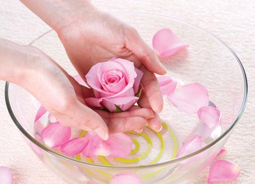Nước hoa hồng giúp làm sạch sâu bên trong da