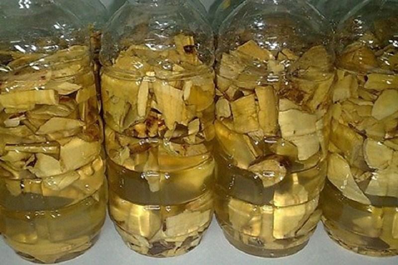 Ngâm rễ cây mật gấu với rượu trong một bình sạch để khoảng 20-30 ngày