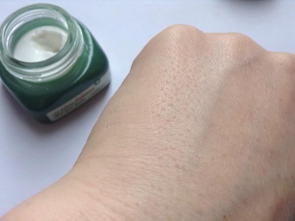 Dùng 1 lượng vừa đủ kem lành sẹo Etude AC Clinic Intense Red Spot Balm thoa lên vùng da bị sẹo