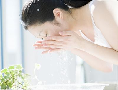 Rửa mặt bằng nước nóng