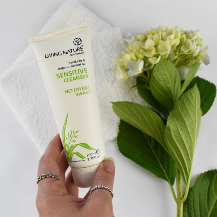 Sửa rửa mặt organic Living Nature làm sạch da tối ưu mà không gây khô da