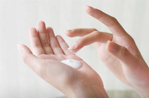 Cho sữa rửa mặt ra tay và tạo bọt trước khi thoa lên mặt