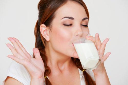 Sữa tươi giúp làm căng da mặt tự nhiên và ngăn ngừa lão hóa
