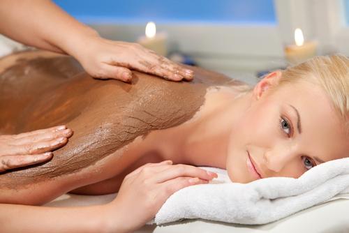 Tắm trắng bằng bùn khoáng thiên nhiên và tinh chất sen trắng an toàn và hiệu quả