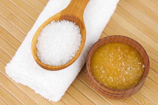 Dầu dừa và muối tinh có tác dụng làm sạch da, nuôi dưỡng tế bào da khỏe mạnh