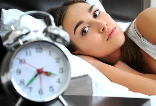 Thức khuya  khiến da xỉn màu và nổi mụn nhiều hơn
