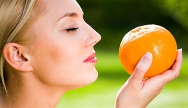 Mẹo trị sẹo hay bằng vỏ cam và nước hoa hồng