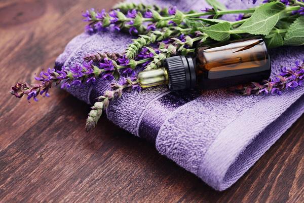Hương thơm nồng nàn của tinh dầu oải hương sẽ giúp bạn thư giãn hơn