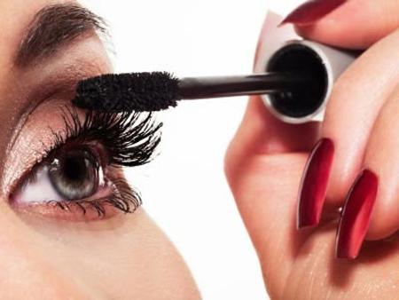 Chải lông mi thành tép trước rồi mới sử dụng mascara