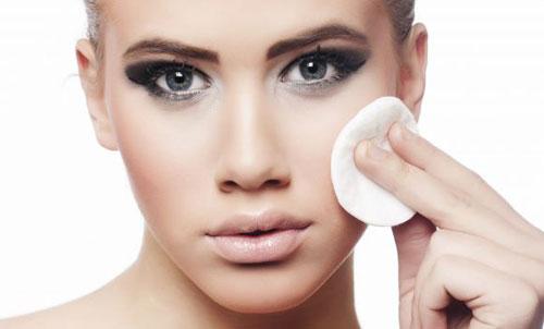 Cần tẩy trang sau khi trang điểm, giúp làm sạch mọi cặn bẩn cho thông thoáng và sạch sẽ
