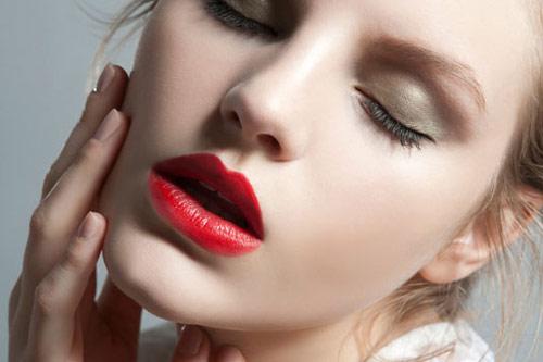 Lạm dụng trang điểm dễ gây ra mụn và làm hư da