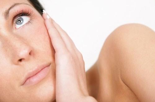 Nhiều người phân vân không biết có nên dùng kem dưỡng da lúc da bị mụn?