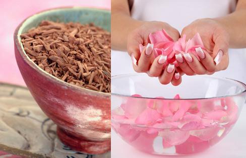 Trị mụn bằng nước hoa hồng và bột gỗ đàn hương hiệu quả