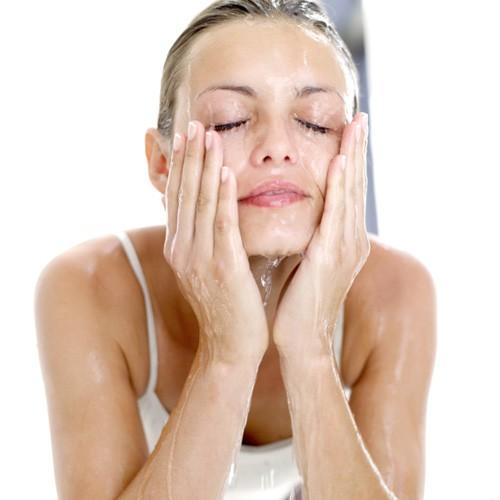Mỗi ngày bạn cần rửa mặt bằng sữa rửa mặt 2 – 3 lần
