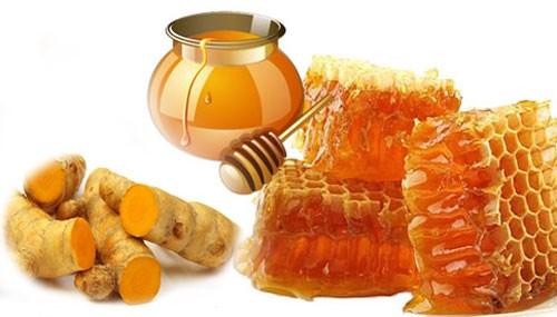 Mật ong và nghệ vừa trị rạn da, vừa dưỡng da mềm mịn